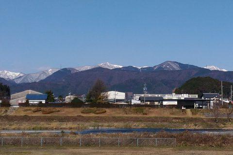 遠くの山が雪で白くなっていた